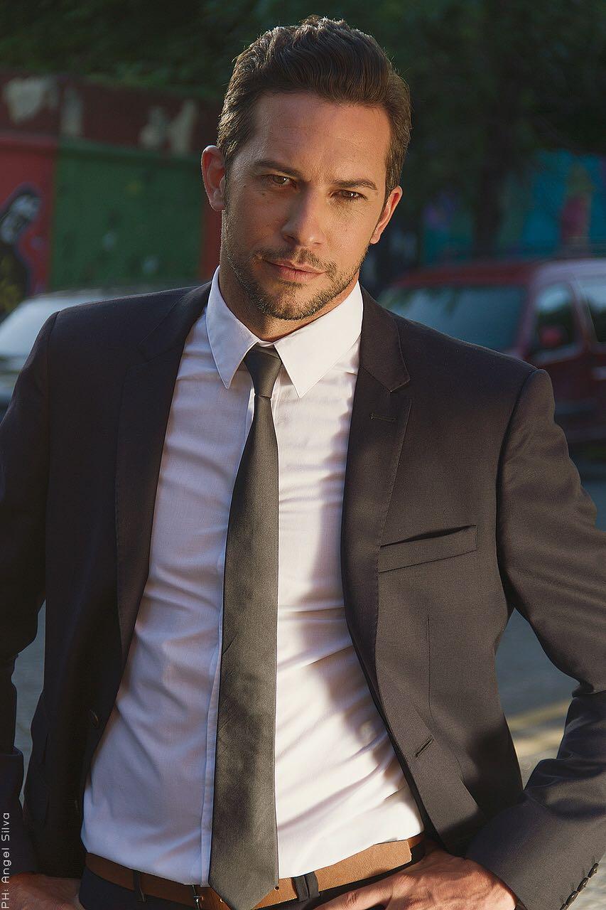 Alejandro modelo traje
